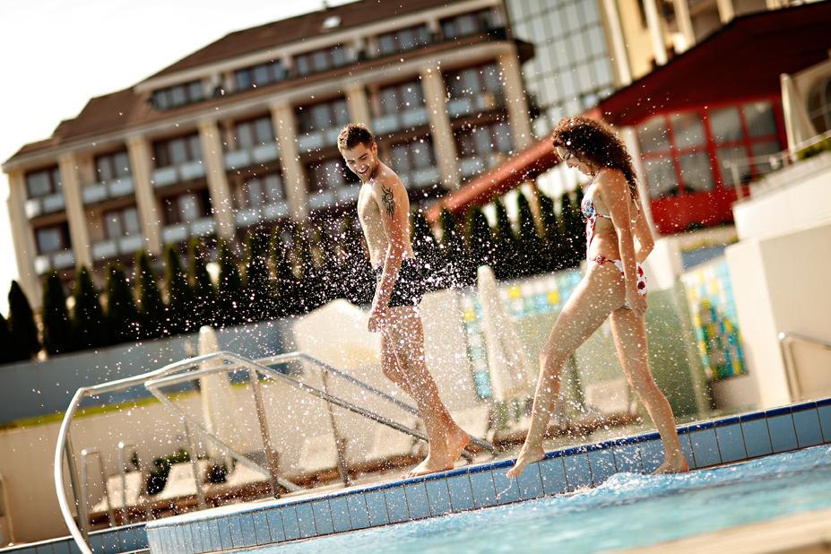 Outdoor-pool_Couple_03_Hotel-Livada-Prestige_T3000_Foto-AV_11-09_low res