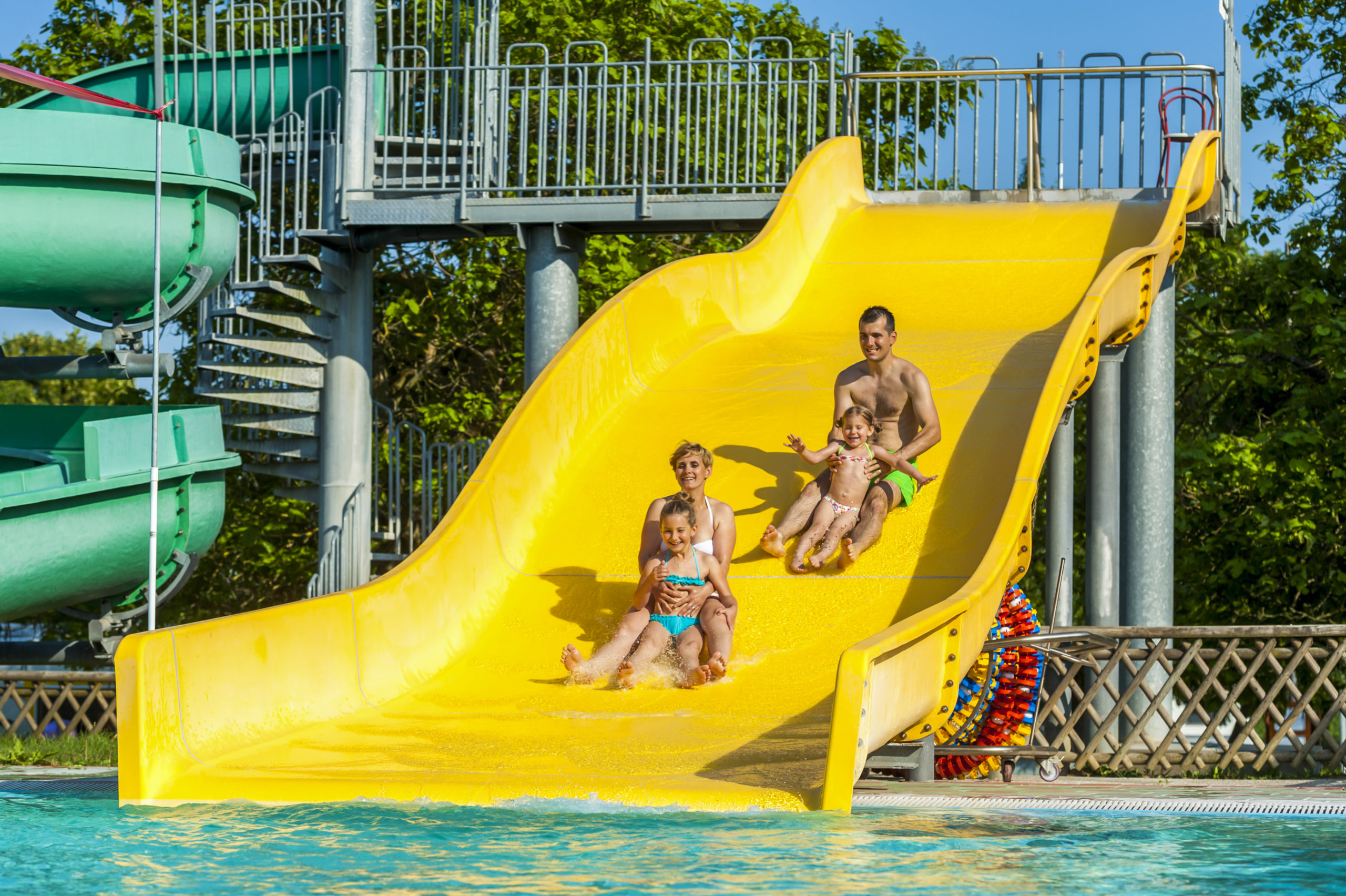 Outdoor pools_Family on slide_TL_Foto ZV_09 14