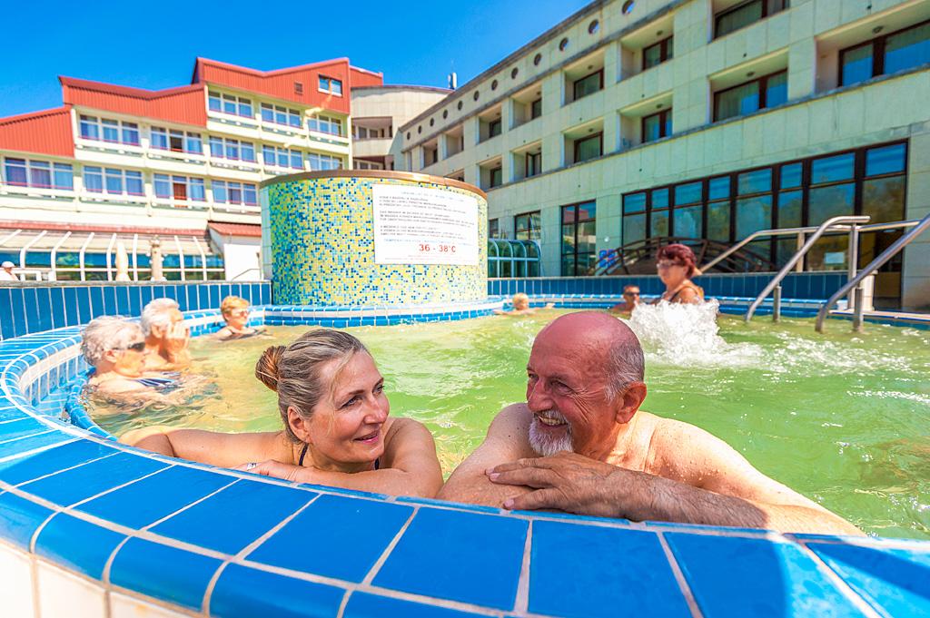 Outdoor-pools_Senior-couple_Hotel-Lipa_TL_Foto-ZV_09-14_low res