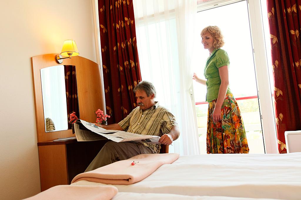 Senior-couple-in-room_Hotel-Lipa_TL_Foto-AV_11-09_low res