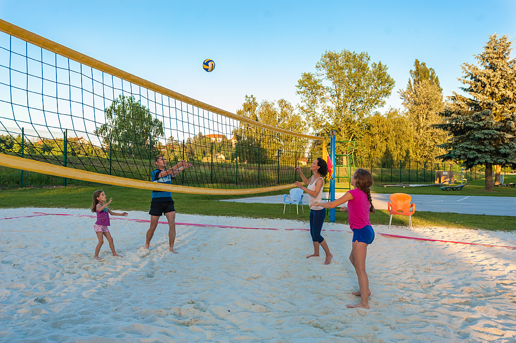 Family-playing-beach-volleyball_TP_Foto-ZV_09-14_low res