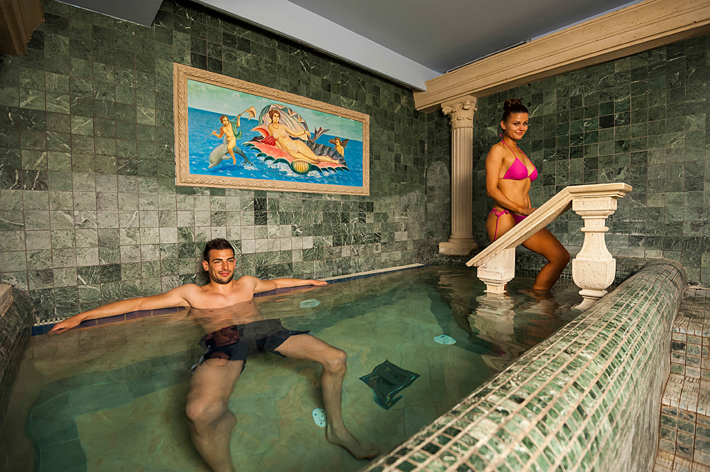Flavia-thermal-baths-and-saunas_Couple-in-bath_01_The-GHP-wellness-centre_TP_Foto-ZV_09-14_low res