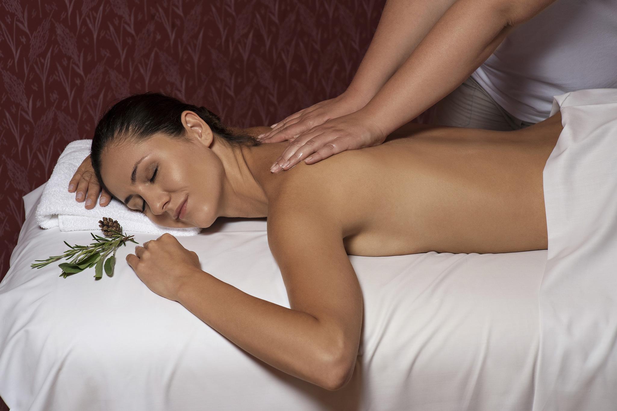 Women-have-massage_02_ZWC_RikliBalanceHotel_Foto-DD_07-15_low-res