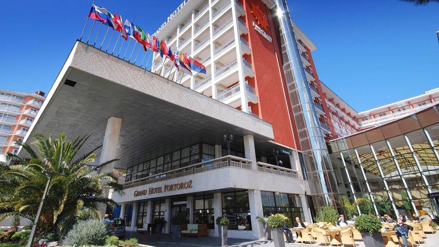 grand-hotel-portoroz-entrance-outdoor-cafe-central-flags-1