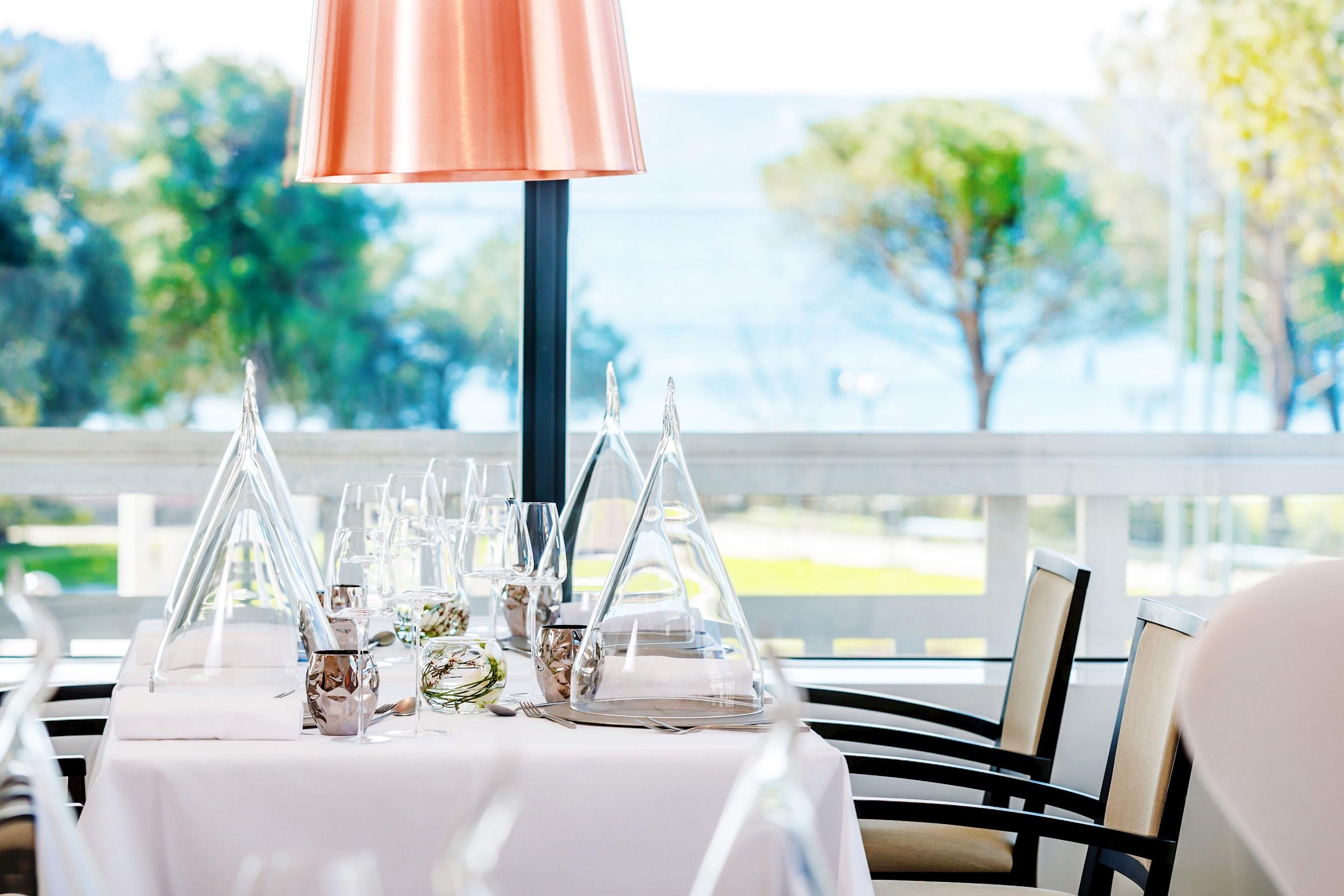 restaurant-salina-ready-tabel-chiars-window-sea-view-trees