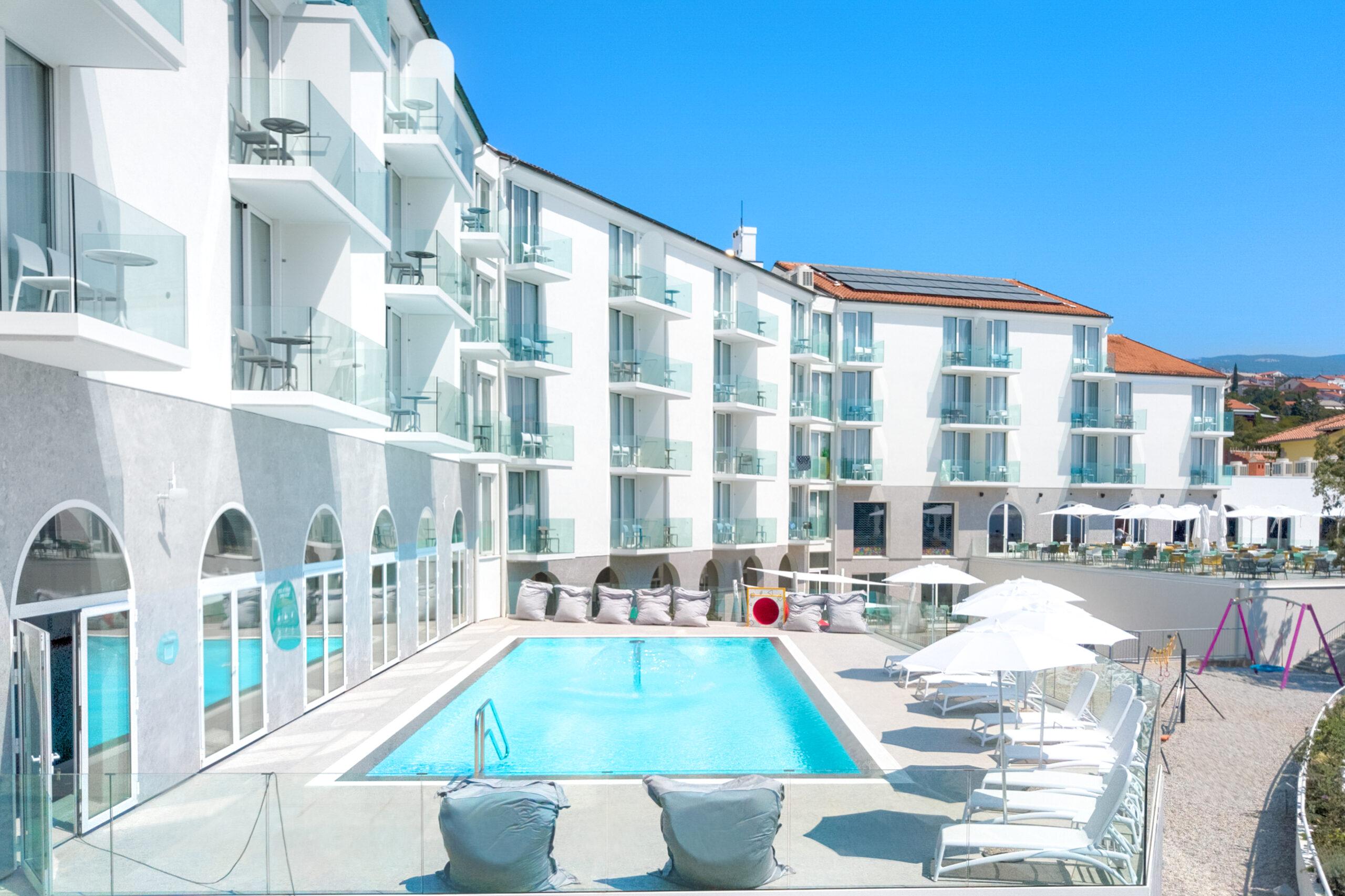Exterior outdoor pool_hotel Lisanj (2)