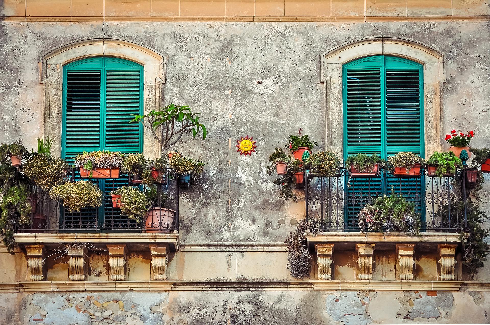 balcony-2526221_1920